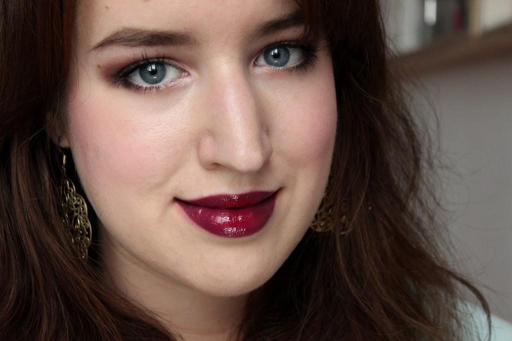 burgungerote Lippen und schwrazes Outfit von Jessica Alba