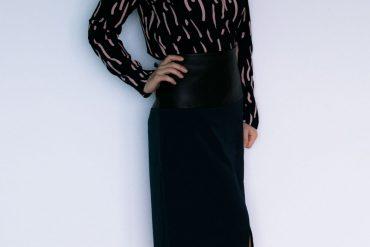 Outfit: Streifenbluse und Halblederrock