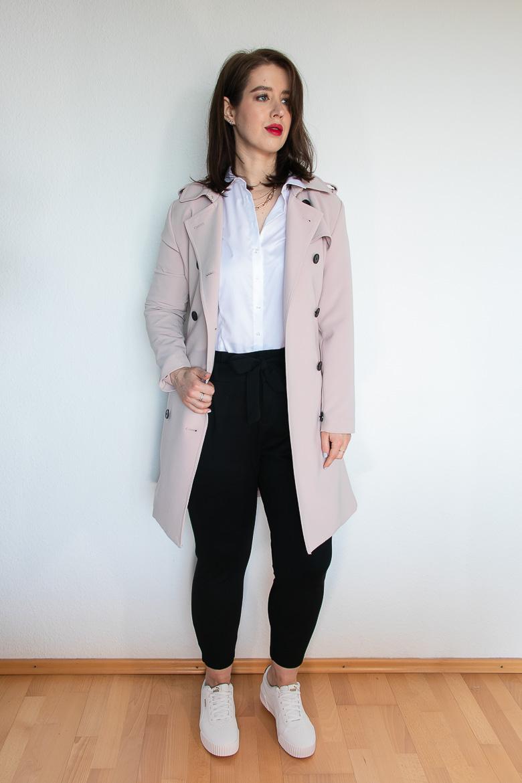 Rosa Trenchcoat mit weißer Bluse und weißen Puma Sneakers
