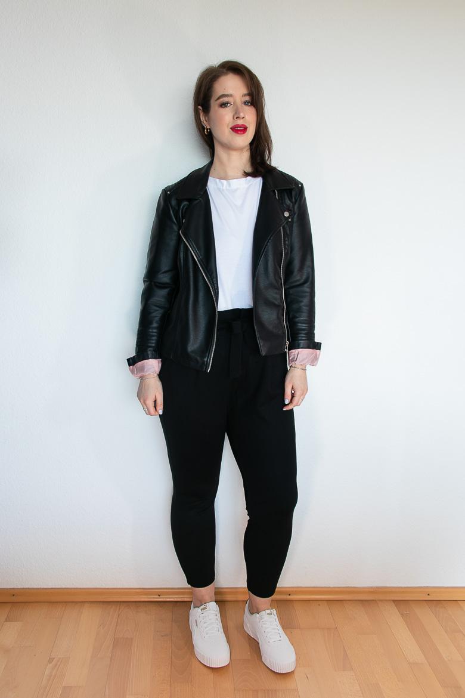 Kurvige Figur Outfit Idee Lederjacke weißes T-Shirt und weiße Sneaker