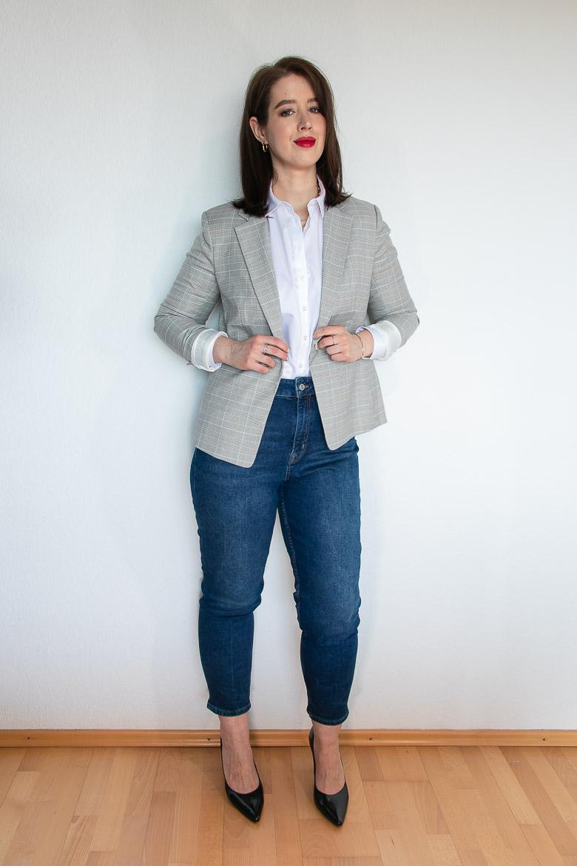 Grauer Blazer mit weißer Bluse für schmale Taille