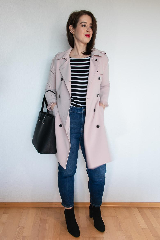 Rosa Trenchcoat Streifenshirt hoch geschnittene Jeans Outfit Idee