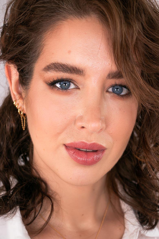 Close Up Make-up Look Eyeliner, goldene Ohrringe rosa Lipgloss