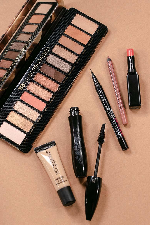 Nude Make-up Produkte Lidschatten, Foundation, Mascara, Augenbrauen und Lippenstift